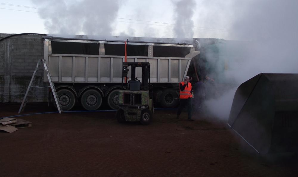 Dämpfcontainer auf einem Kippanhänger mit einem Volumen von 25m³ in Betrieb, angeschlossen an ein Absaugsystem