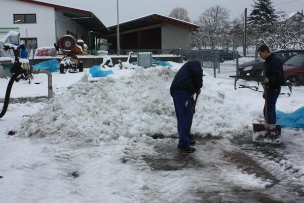 Dämpfgabel mit performierten Rohren unter einem Schneehaufen
