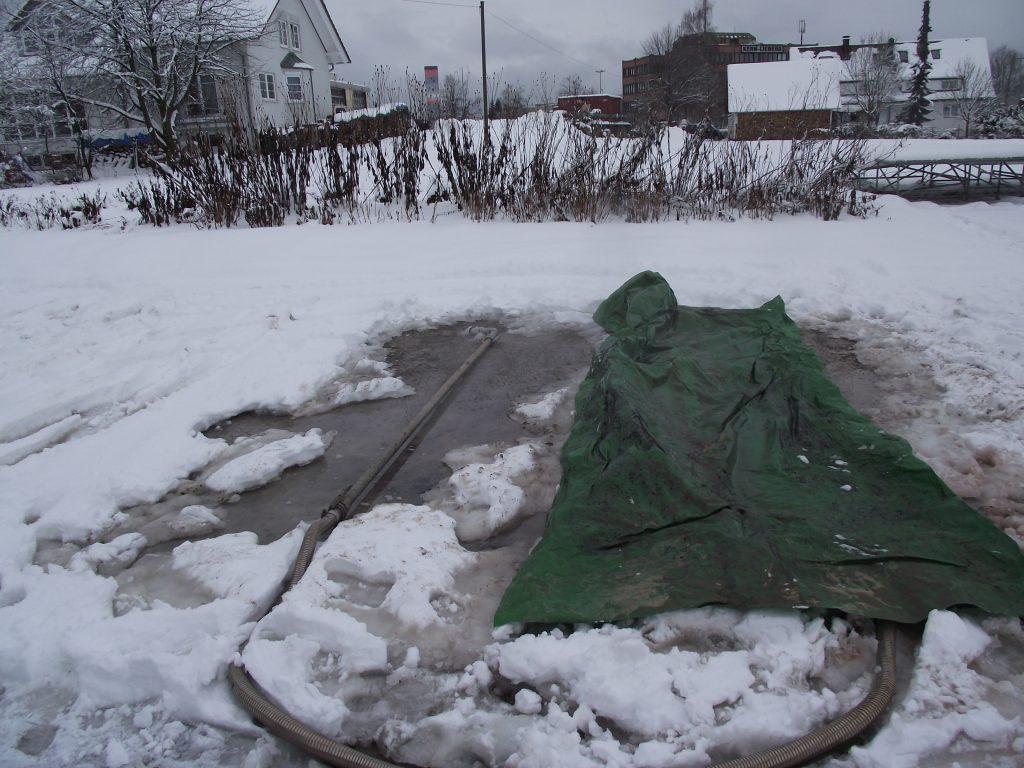 Dämpfrohr mit Folienabdeckung. Man sieht deutlich links, dass nach dem Dämpfen noch Schneeinseln verblieben sind.