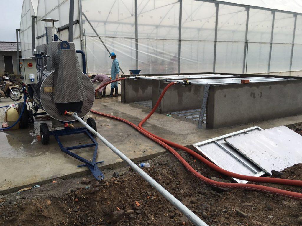 Dämpfen von Kokostorf in zwei Dämpfbunkern mit Absaugsystem und Dampfkessel der Firma MSD GmbH (links)