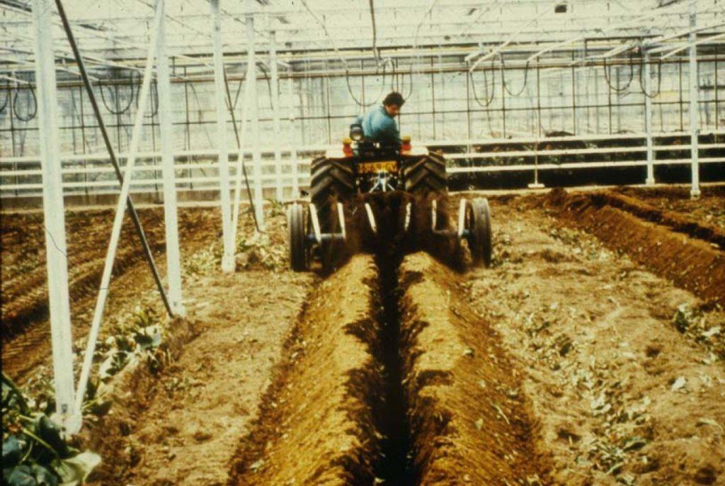Nach der Verlegung der Drainagerohre wird der Graben zugeschüttet